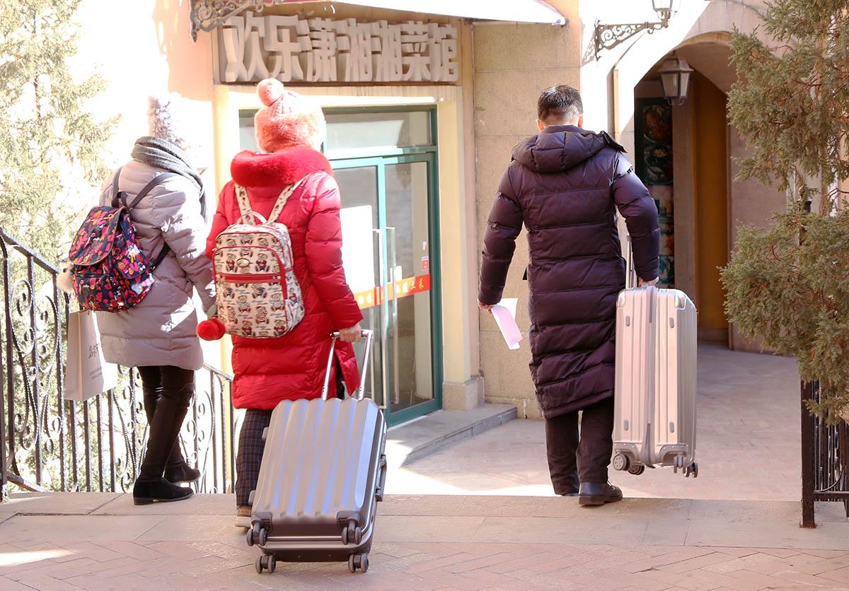 协会工作人员送新学员前往入住宾馆