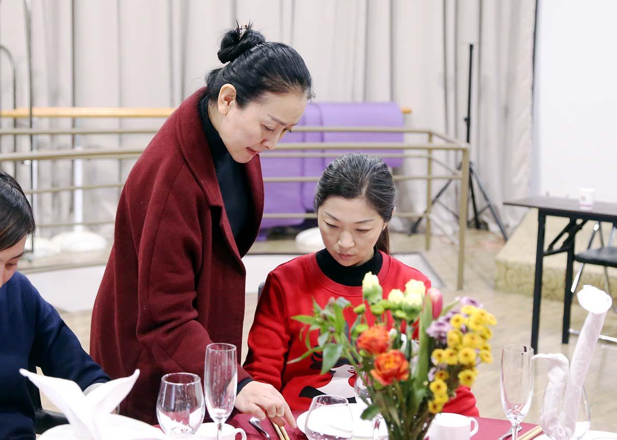 徐文波老师指导同学们的练习动作