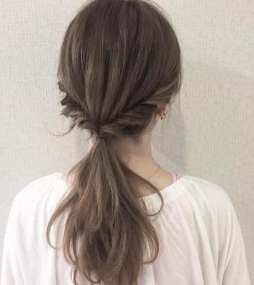 蓬松马尾辫,用编发增加立体感之后,再扎成低马尾,气质成熟优雅.