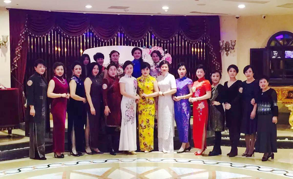 大连市形象圈负责人刘宸溪老师和培训学员合影
