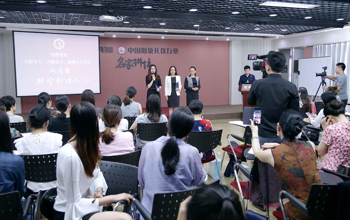 联合创始人冯颖女士正在发表感言
