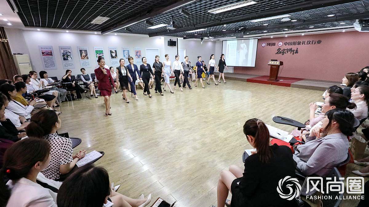 徐老师带领同学们练习走姿