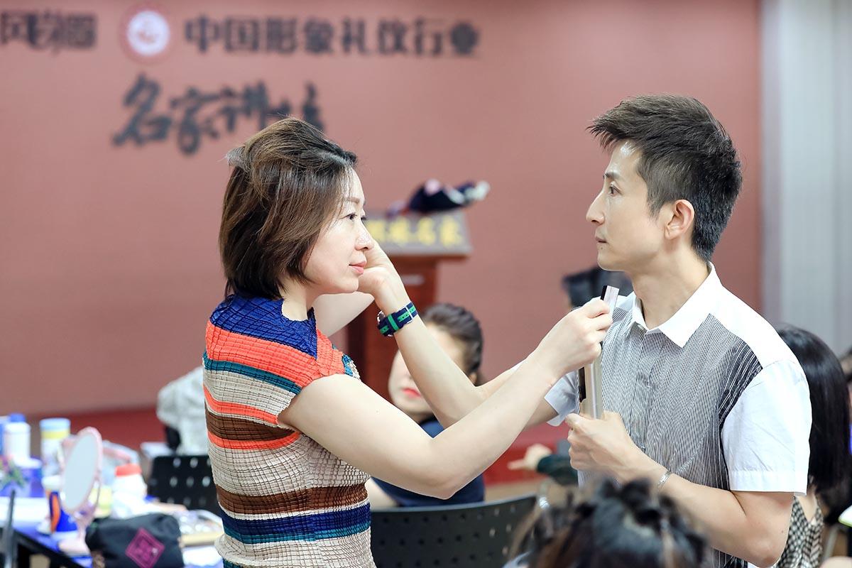 路平老师为同学做化妆演示