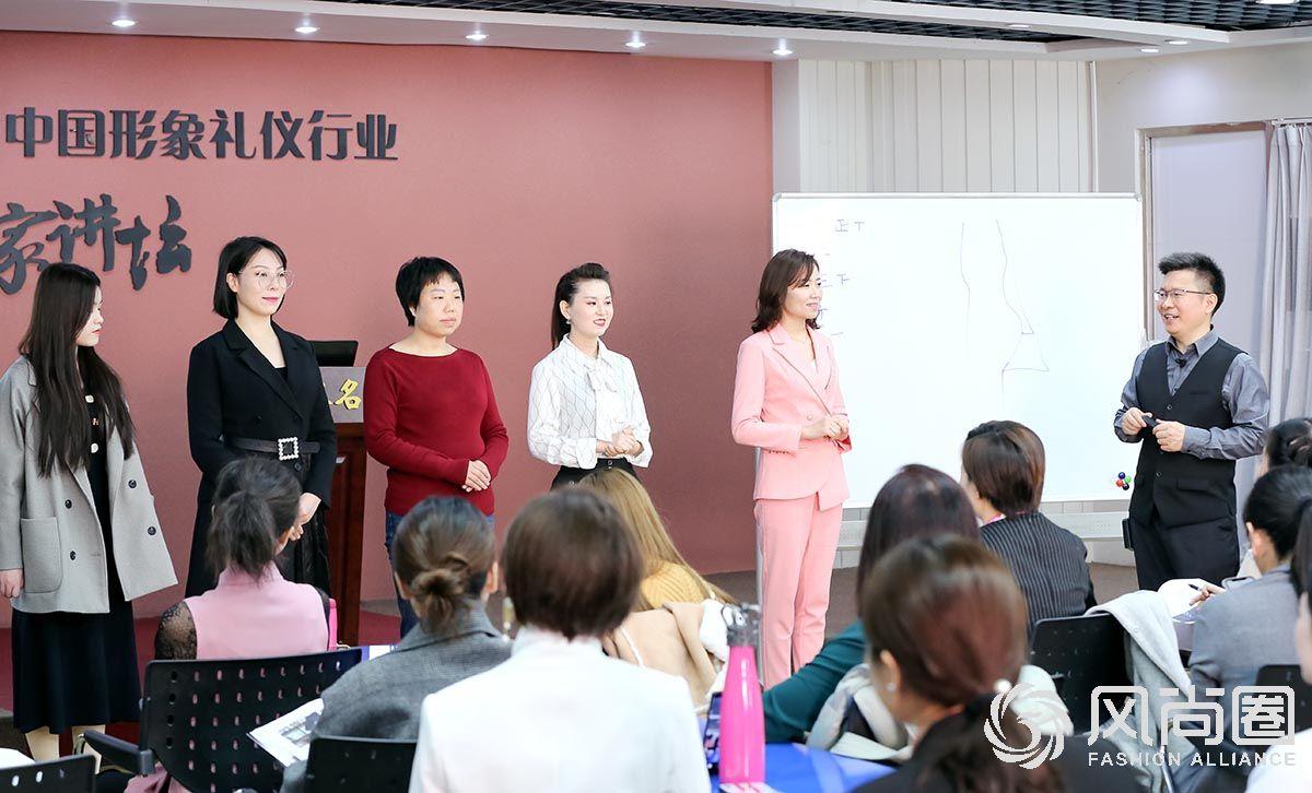 参与课堂互动的小组同学们