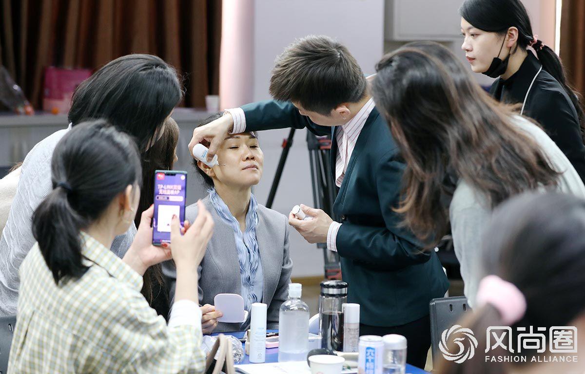路平老师示范化妆技法