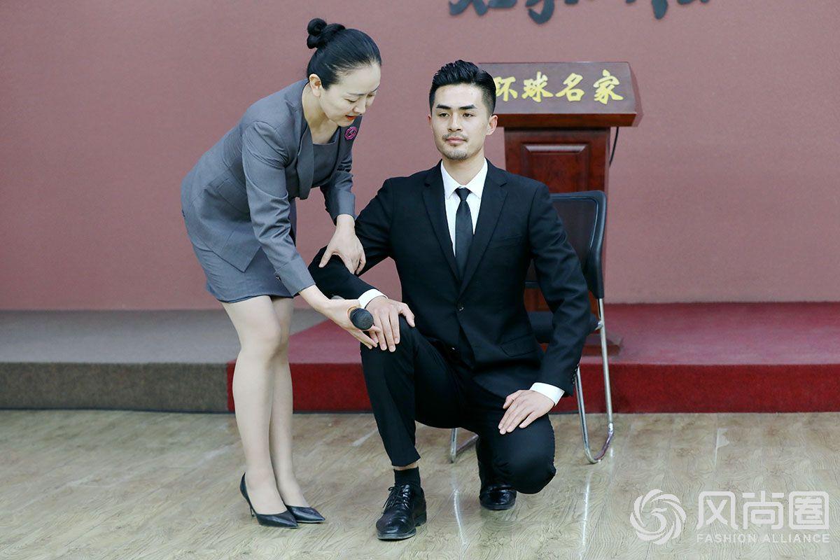 徐文波老师指导同学的训练动作