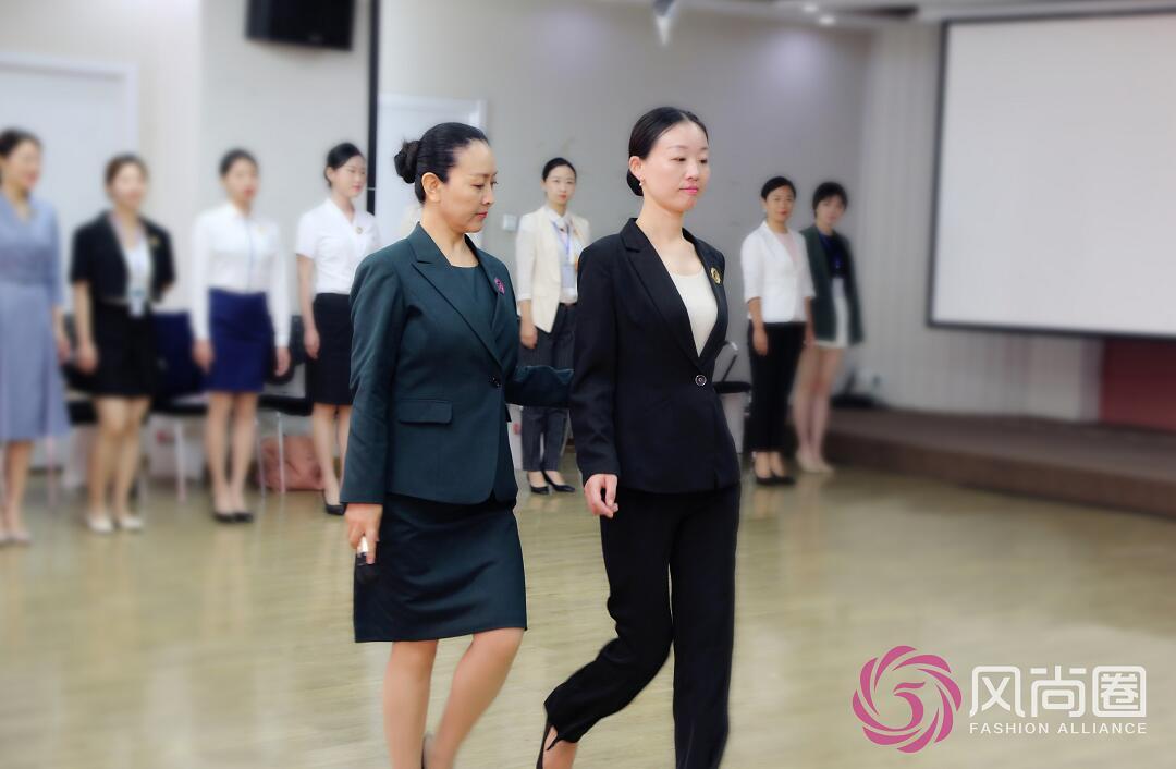 礼仪培训师优雅仪态训练