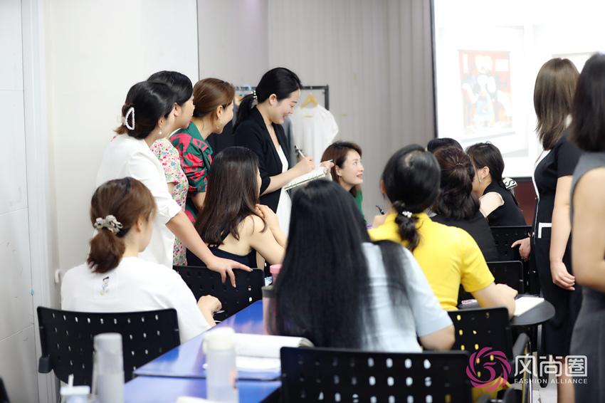 形象管理师专业班-热烈的小组讨论